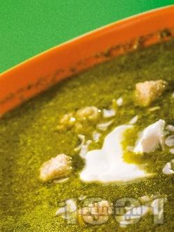 Супа от спанак, лапад и киселец със сметана, крутони и ядки (бадеми, орехи) - снимка на рецептата